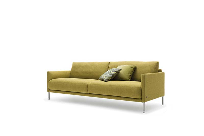 [Translate to French:] Rolf Benz Sofa Cara in Stoff